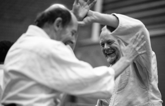Allart laat in Heerenveen zien dat Aikido het best werkt als je erbij lacht