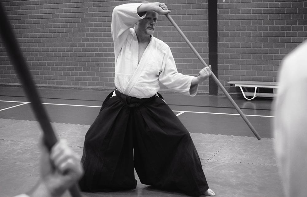Allart geeft les in het gebruik van de Japanse vechtstok (jo) in Heerenveen